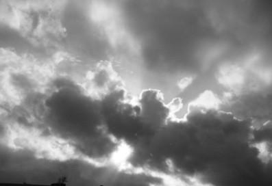 ciel-gris-en-noir-et-blanc.jpg